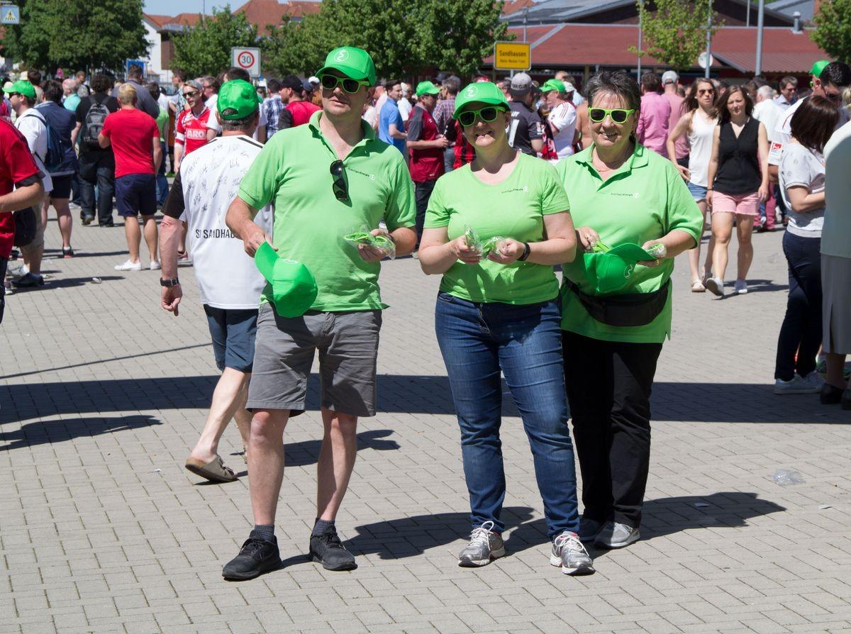 Besucher des Fussballspiels in KraichgauEnergie T-Shirts
